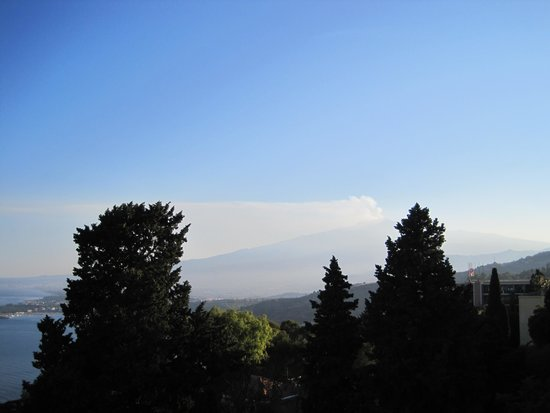Hotel Villa Carlotta: Mount Etna from roof top restaurant area