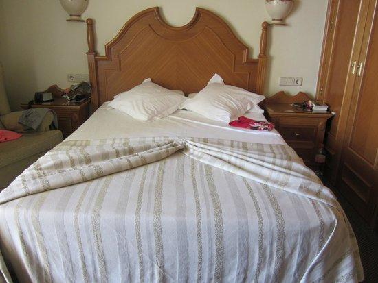 Hotel Riu Palace Tres Islas: frisch gemachtes Bett - leider etwas hart