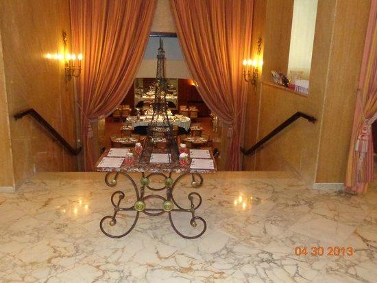 Hôtel Le Littré : Recepção do hotel com salão da café da amnhã ao fundo.
