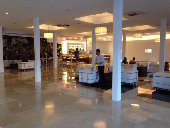 Las Gaviotas Suites Hotel: Hotelbar und Lobby