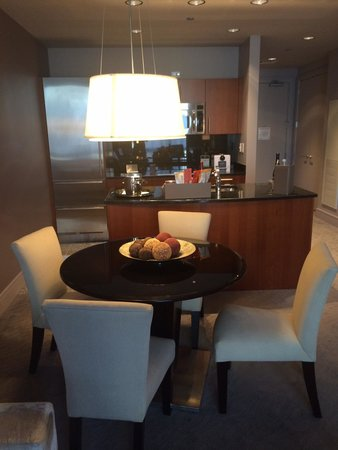 Trump International Hotel & Tower Chicago: Separate Dinning area and kitchen