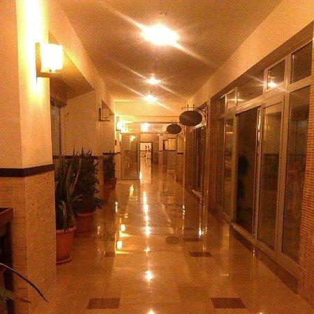 Seher Sun Beach Hotel: Это коридор первого этажа. Здесь два ресторана турецкой и рыбной кухни.