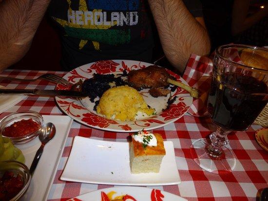 Hungarikum Bisztro: Segundo plato del menú Hungarikim: muslo de pato asado