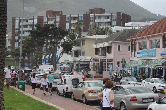 Camp's Bay Beach : Vista da avenida