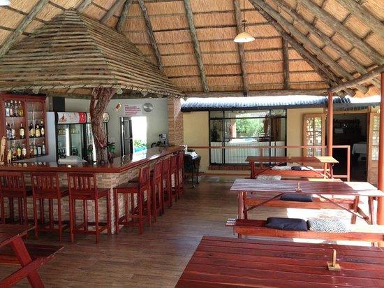 Banff Lodge: bar area