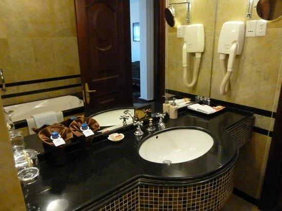 Hotel Majestic Saigon : ванная комната