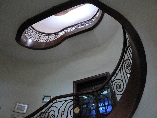 Hotel Majestic Saigon: красивая лестница
