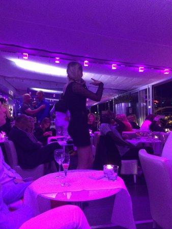 Le Quai : One of the Live Singers
