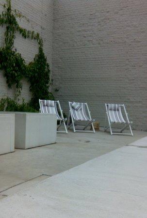 Wu Wei: Terrasse en bord de piscine