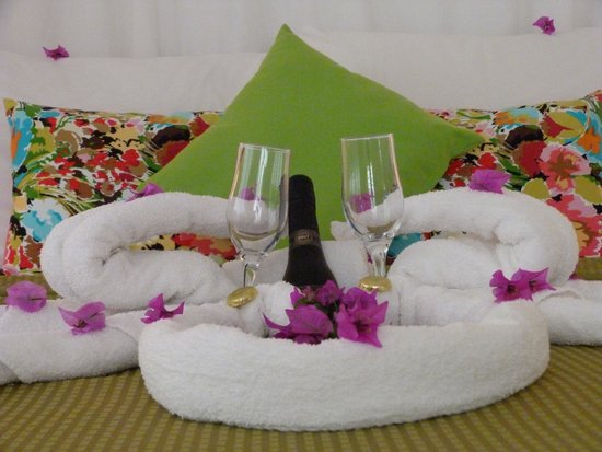 Hibiscus Heights: Bubbly and chocolates on our bed upon arrival. Really appreciated.