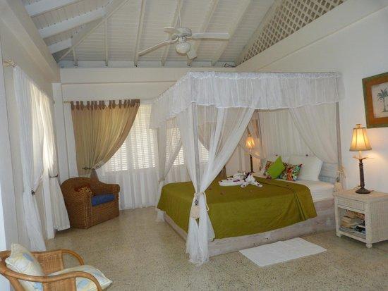 Hibiscus Heights: Warm Breezes apartment - ensuite bedroom