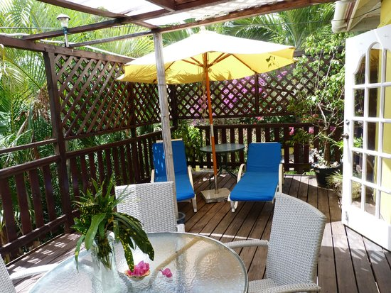 Hibiscus Heights: Sweet Nest cottage - outside decked area