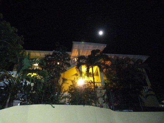Exterior Hibiscus Heights villa housing Warm Breezes, Artist Studio and Corner View