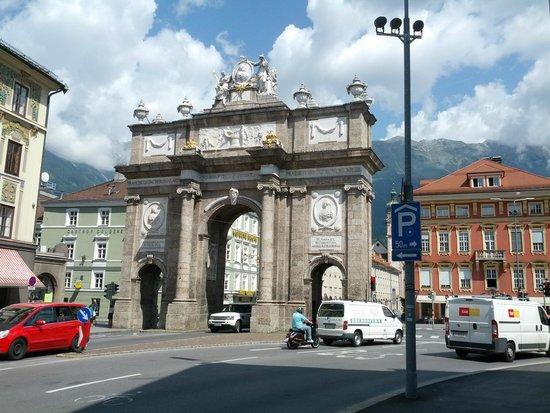 Altstadt von Innsbruck: Ook in Innsbruck is een Arc de Triomph te vinden.