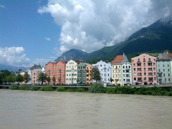 """Altstadt von Innsbruck: De kleurrijke huisjes aan de """"overkant"""" van de Inn."""