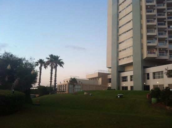 Sharon Hotel: территория отеля