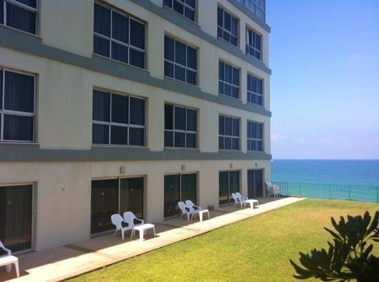 Sharon Hotel: выход в сад