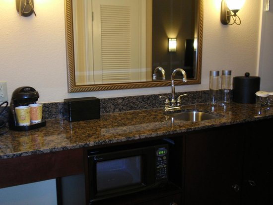 Embassy Suites by Hilton Orlando Lake Buena Vista South: Small Kitchen Area