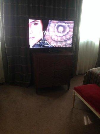 Hotel Royal - Manotel Geneva : La TV avec de nombreuses chaînes.