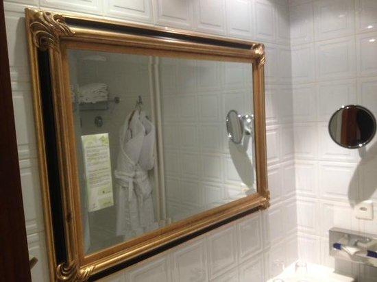 Hotel Royal - Manotel Geneva : Le beau miroir dans la salle de bain.