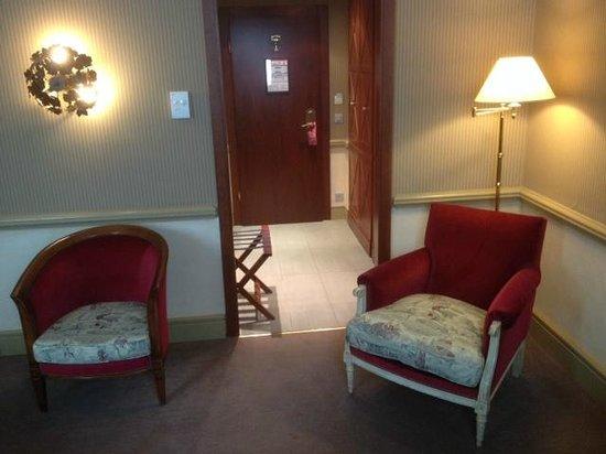Hotel Royal - Manotel Geneva : Les fauteuils disponibles dans la chambre (Porte d'entrée en arrière fond).