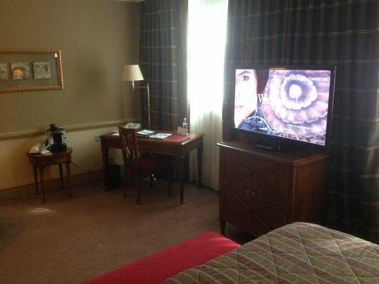 Hotel Royal - Manotel Geneva : Bureau dans la chambre.