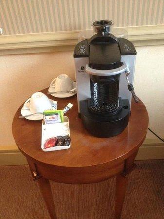 Hotel Royal - Manotel Geneva : Machine à café Nespresso.