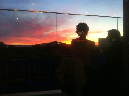 Porto Vista Hotel: Couple enjoying bottle of wine with the sunset view
