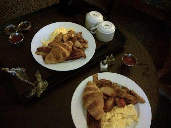 Pointe Hilton Squaw Peak Resort: Breakfast in our room