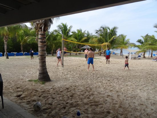 The Verandah Resort & Spa : Vollyball in front of Rasta Bar