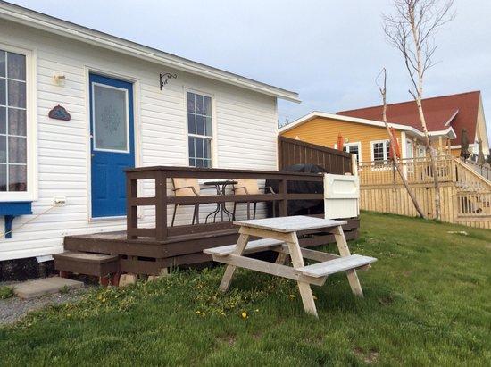 Ocean Delight Cottages: Blueberry cottage beside main cottage & restaurant patio