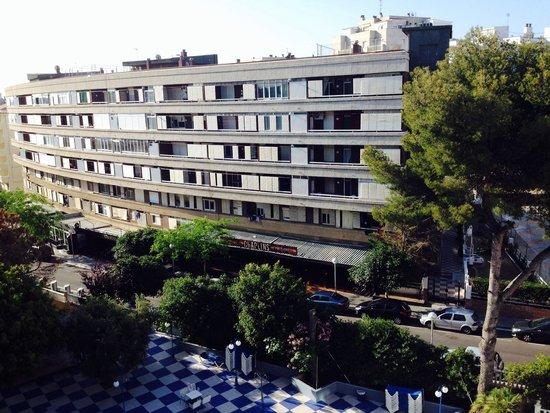 Santa Monica Playa: Вид с балкона. На 1-ом этаже здания напротив - ночной клуб, музыка и крики слышны всю ночь. Для