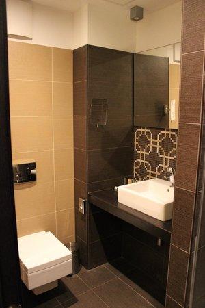 Continental Hotel Budapest : Standard bathroom