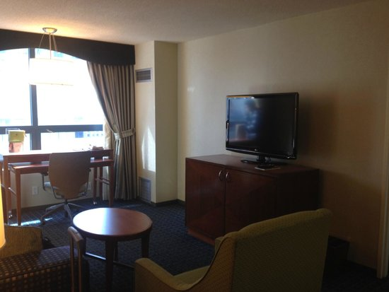 DoubleTree Suites by Hilton Hotel New York City - Times Square : Living room, desk