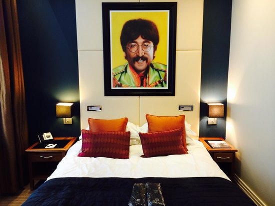 Hard Days Night Hotel: The bed in the deluxe room