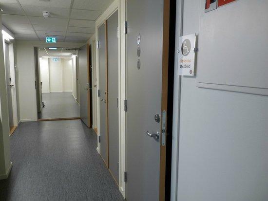 Saga Poshtel Oslo Central: Oslo Hostel Central - Couloir d'accès aux chambres