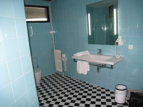 Hotel Eetu: spacious bathroom