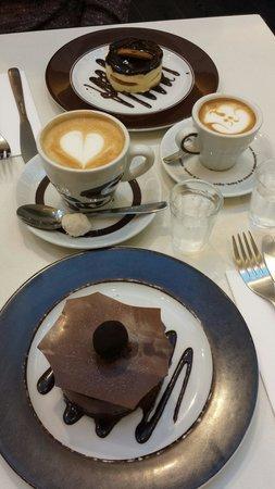 Press Cafe : Torta Holandesa e Truffe com café Latte pq e outro grande. Uma delícia.