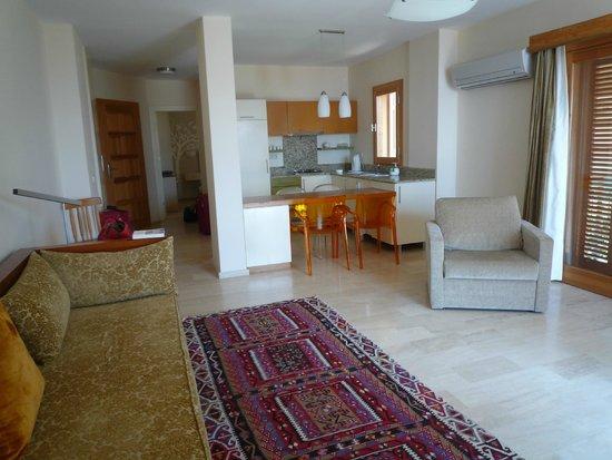 Hotel Begonvil: Wohn-, Essbereich des Appartements