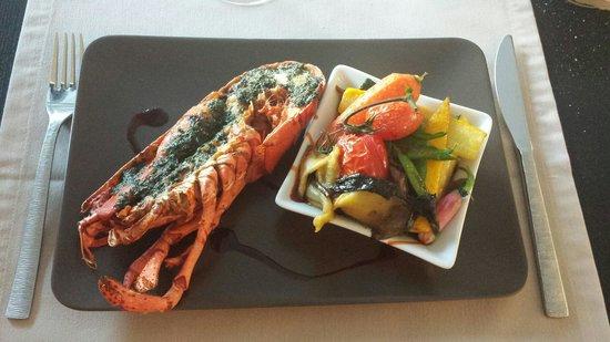 Le Bistrot des Platanes : Heerlijke hoofdgerecht van kruidige crab met gegrilde groenten