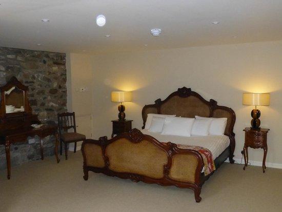 Brambles Boutique Rooms: huge comfortable bed