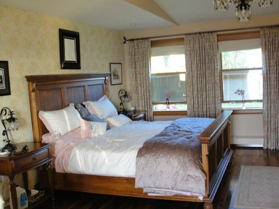 The Boathouse B&B: amazing king size bed