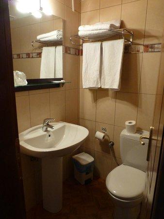 Hotel Varonos: bathroom