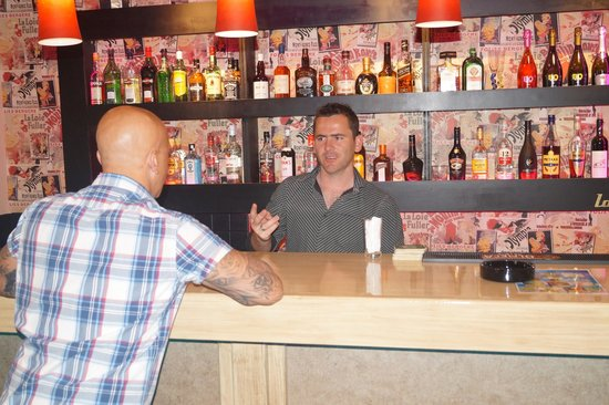 Dias Studios & Apartments: Bar area