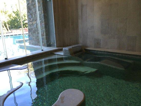 Villa Le Maschere : Jacuzzi intérieur avec porte fenêtre ouvrant sur la piscine