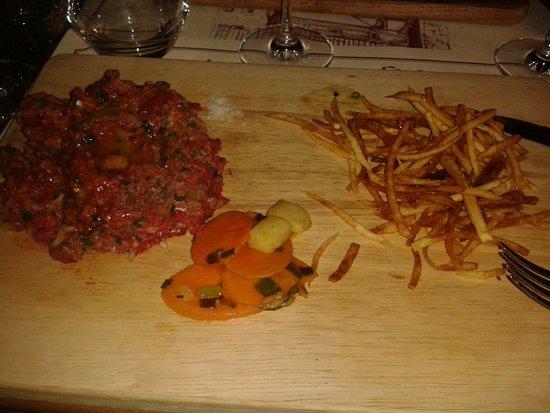 La Cave aux Fioles: Steak tartare, poêlée de légumes et frites