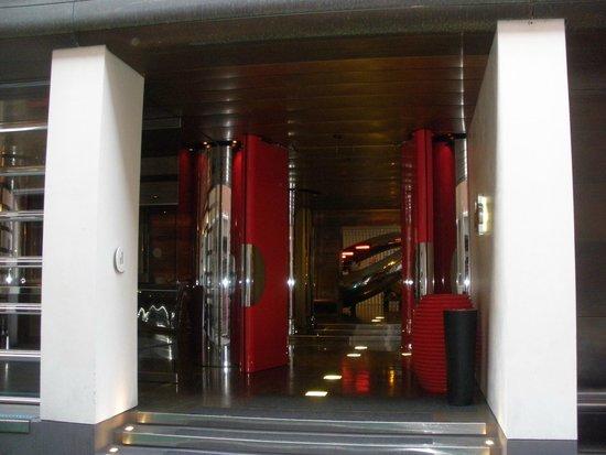DuoMo Hotel: L'ingresso dell'hotel