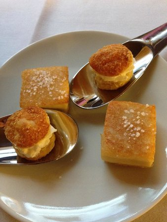 Le Davoli : crémeux de parmesan et croque volaille au sésame en mise en bouche