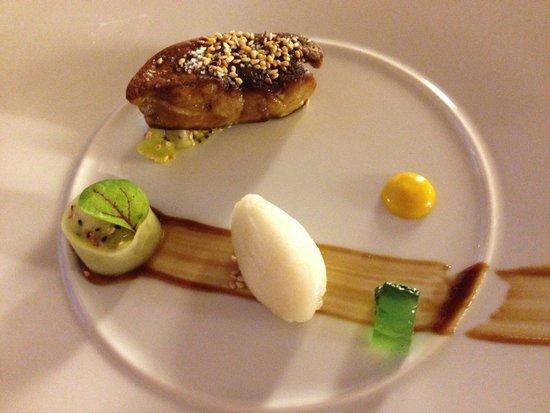 Le Davoli : Foie gras chaud au sésame toasté sur lit de fruits du dragon, cannelloni de concombre aux fruits