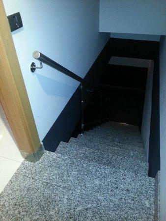 Zouk Motel : Escaleras al garaje